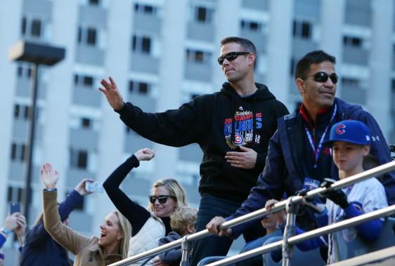 Le président des Cubs, Theo Epstein, salue la foule. (Photo Jerry Lai, USA Today Sports)