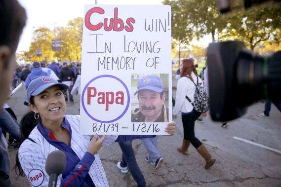 Cette partisane des Cubs s'est rendue au défilé avec une pancarte honorant la mémoire de son père décédé. (Photo Charles Rex Arbogast, AP)