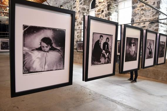 Balint Porneczy présente quelques photos des membres de sa famille, notamment ce cliché de son fils. (Photo Le Quotidien, Rocket Lavoie)