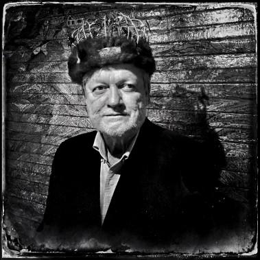 Depuis son arrivée à Saguenay il y a quelques jours, Balint Porneczi a réalisé 17 portraits. Le résultat est publié sur le compte Instagram de Zoom Photo Festival. Ici, Denys Tremblay, roi de L'Anse. (Photo courtoisie, Balint Porneczi)