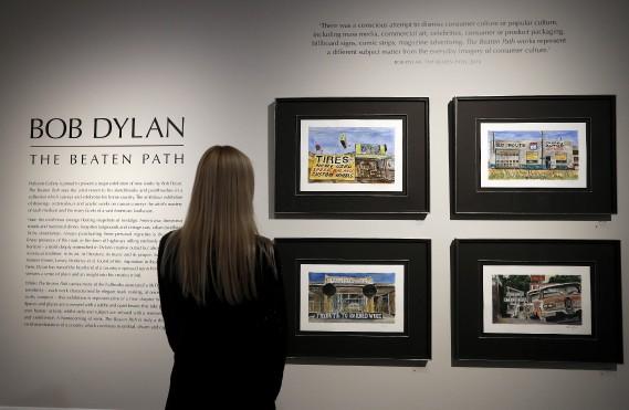 L'exposition <em>The Beaten Path</em>, qui se tient jusqu'au 11 décembre, présente quelque 200 œuvres de Bob Dylan. (AP, Kirsty Wigglesworth)