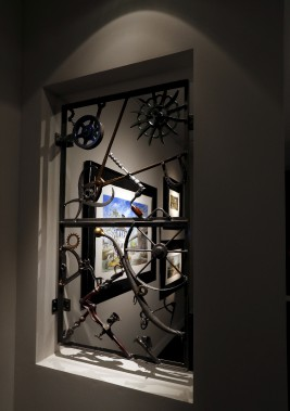 Loeuvre <em>Ironwork Wall Hanging XX1X</em>, de Bob Dylan, est également présentée dans l'exposition. (AP, Kirsty Wigglesworth)