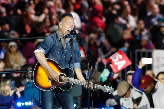 Bruce Springsteen a électrisé la foule avant l'entrée en scène des Clinton et des Obama. (AFP)