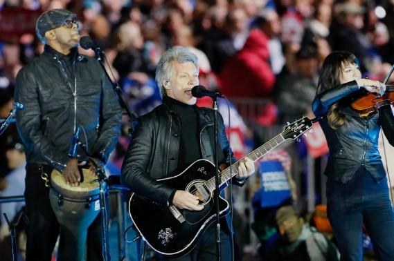 Jon Bon Jovi a livré une performance lundi soir. (AFP)