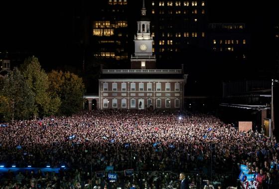 Plus de 40 000 personnes se sont réunies lundi soir sur l'esplanade de l'Indépendance, dans le centre-ville de Philadelphie. (AFP)