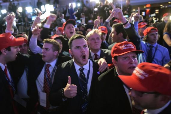 Des partisans de Donald Trump regroupés à l'hôtel Hilton de New York explosent de joie lors du dévoilement des premiers résultats de la présidentielle. (Photo Mandel NGAN, AFP)