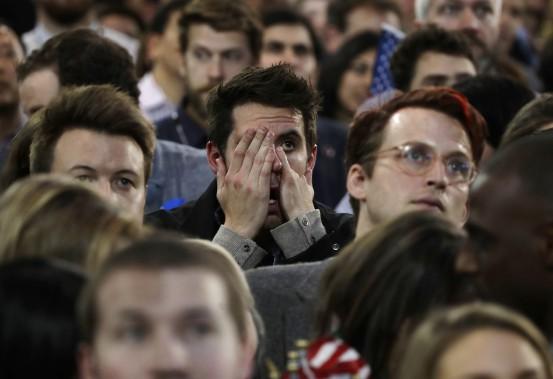 Un partisan d'Hillary Clinton peine à contenir son découragement à la vue des résultats. (Photo Frank Franklin II, AP)