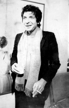 Leonard Cohen rencontre la presse à Toronto lors d'un vernissage de l'artiste Gigino Falconi, le 29 féˆvrier 1980. (Photo archives PC)