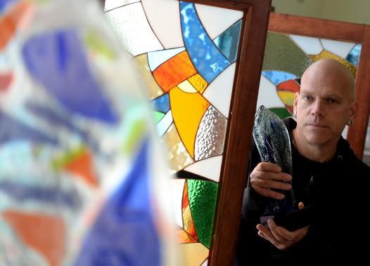 Jean Bélanger cumule une trentaine d'années de métier dans le verre. Il a changé plusieurs fois d'atelier et a eu plusieurs points de vente. Il est ici dans sa boutique de la rue Saint-Paul, qu'il occupe depuis janvier. (Le Soleil, Erick Labbé)