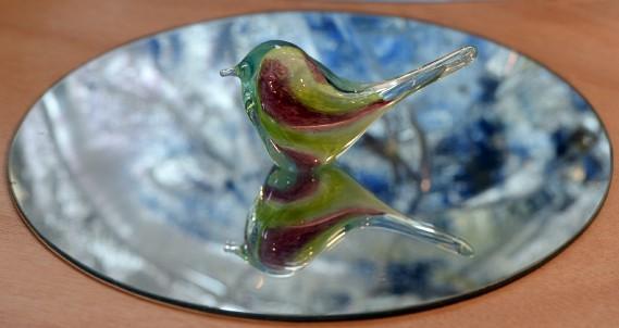 Plusieurs clients croient que la couleur dans le verre est de la peinture. Il s'agit plutôt de poudre de verre coloré. (Le Soleil, Erick Labbé)