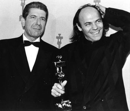 Leonard Cohen et Lewis Furey en 1986 après avoir remporté le prix Genie de la meilleure chanson originale pour <em>Angel Eyes</em>.<em></em> (Archives La Presse canadienne, Bill Becker)