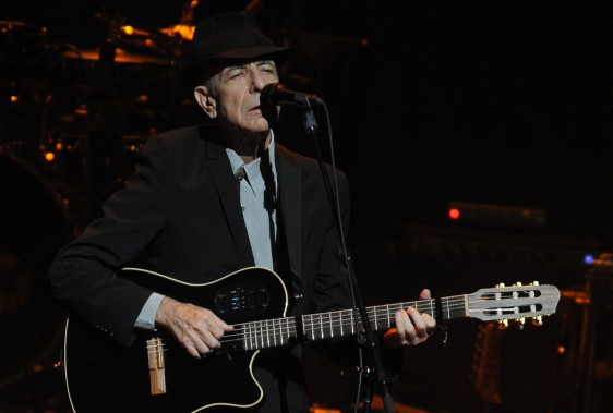 Leonard Cohen en performance au Beacon Theatre le 19 février 2008, après 15 ans d'absence à New York. (Archives AP, Henny Ray Abrams)