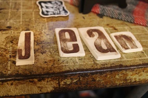 Coup de coeur pour les lettres en céramique de Créations Ratté. On peut aussi bien les utiliser pour marquer les places à tables, qu'identifier les portes de chambres. (Mélissa Bradette)