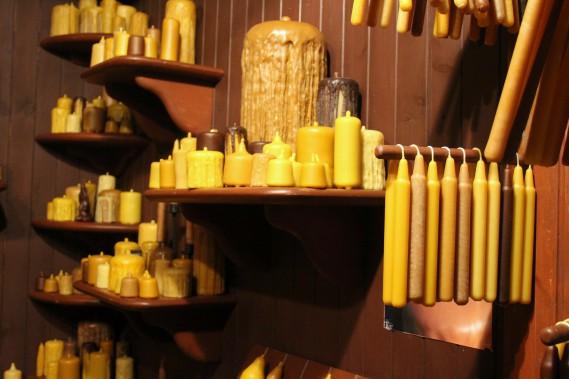 Faites à la main sur feu de bois avec de la cire d'abeille 100 % pure, les chandelles Chand'Miel offrent une chaleur de combustion supérieure et sauront imprégner votre demeure de leur délicieux arôme naturel. (Mélissa Bradette)
