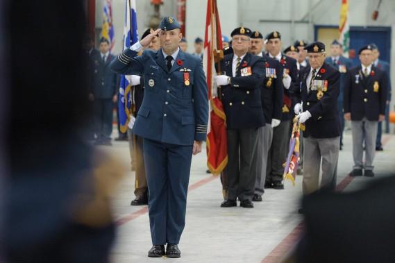 Le colonel Darcy Molstad, commandant de la 3e Escadre, a présidé la cérémonie du jour du Souvenir, vendredi, à Bagotville. (Photo caporal-chef Louis Brunet, Service d'imagerie de Bagotville)