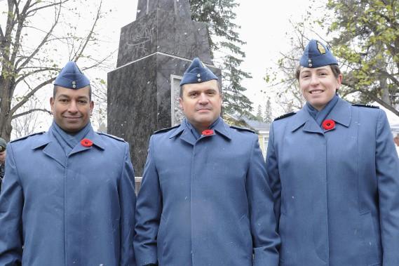 Owen Desaubin, Daniel Arguin et la capitaine Marjolaine Gratton, de la 2e Escadre de Bagotville. (Photo Le Quotidien, Gimmy Desbiens)