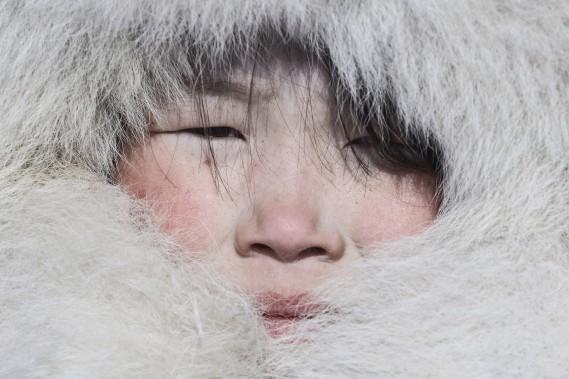 <span><span><span>Fabrice Dimier s'est installé dans le désert blanc du cercle polaire russe pour y partager le quotidien des Nenets, un peuple nomade éleveur de rennes, qui résiste encore à la sédentarisation malgré les pressions économique, politique et écologique.</span></span></span> (Photo Fabrice Dimier)
