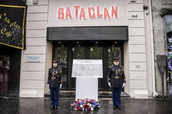 Une plaque commémorative en l'honneur des personnes tuées au Bataclan le 13 novembre 2015 a été dévoilée dimanche. (AFP, Christophe Petit Tesson)