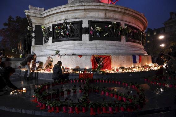 Les fleurs et les chandelles étaient nombreuses dimanche soir à la place de la République. (AFP, Alain Jocard)