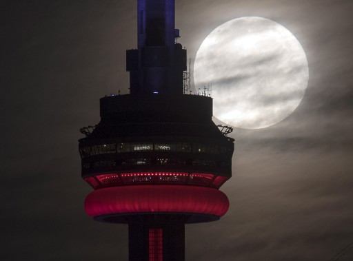 La «super Lune» derrière la Tour du CN à Toronto. (Photo Frank Gunn, PC)