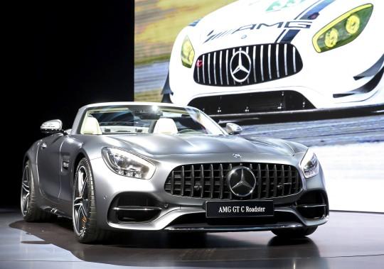 Mercedes a présenté le Roadster AMG GT C 2017 au Salon de l'auto de Los Angeles. (REUTERS)