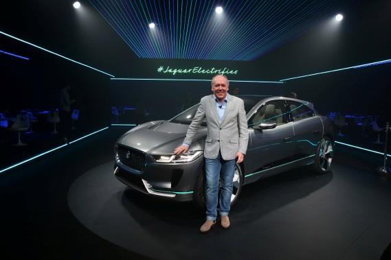 Le designer Ian Callum pose devant la Jaguar I-PACE électrique, un prototype. (REUTERS)