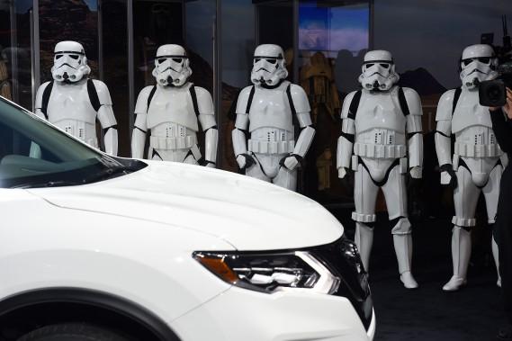 L'humble Nissan Rogue fait l'objet d'une campagne de publicité basée sur Star Wars. Des guerriers de l'Empire l'escortaient ce matin. (AFP)
