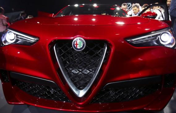 Le VUS Stelvio, présenté par Alfa Romeo au Salon de l'auto de Los Angeles. (REUTERS)
