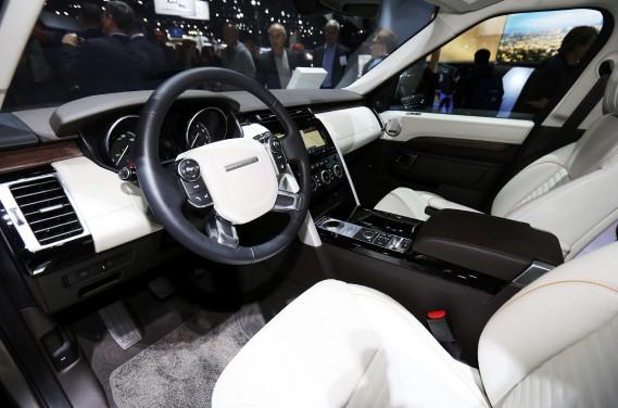 L'intérieur du Land Rover Discovery 2017. (REUTERS)