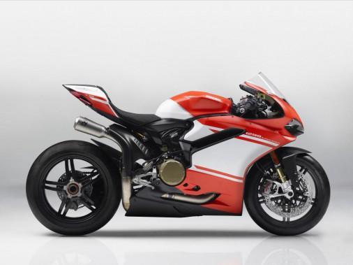 <strong>Ducati Panigale 1299 Superleggera.</strong>C'est une des machines les plus spectaculaires de tous les temps :215 ch pour seulement 156kg, soit un rapport poids-puissance de 0,72. Le châssis monocoque est entièrement fait de fibre de carbone, une première dans l'industrie. Ses contrôles électroniques sont inspirés de ce que Ducati a conçu pour son écurie de MotoGP. Seulement 500 exemplaires seront produits, vendus 118 000$ pièce. Inutile de sortir votre chéquier, ils... (Photo : Ducati)