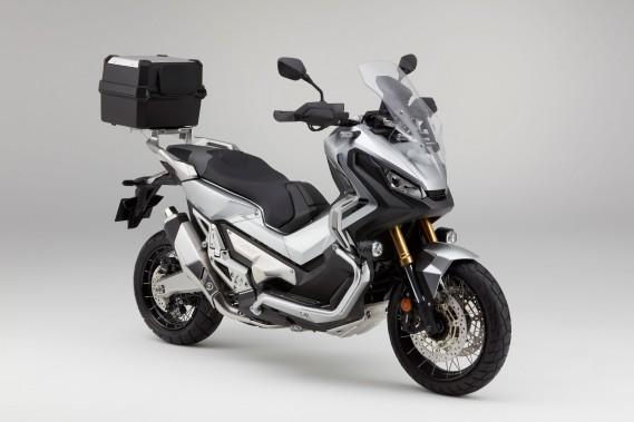<strong>Honda X-ADV.</strong>Honda propose encore une autre machine inclassable en ce scooter tout-terrain X-ADV. Vous avez bien lu, un scooter aventurier. Il est équipé d'un sabot de protection, de jantes à rayons (17poà l'avant et 15poà l'arrière) et de protège-mains empruntés à l'Africa Twin. Mu par un bicylindre de 745cc de 55 ch, l'X-ADV garde le côté pratique des scooters avec notamment un grand coffre de 21 L sous la selle. ()