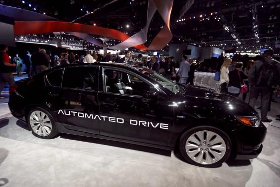 Un véhicule autonome expérimental Acura, tel que montré au Salon de l'auto de Los Angeles. (REUTERS)