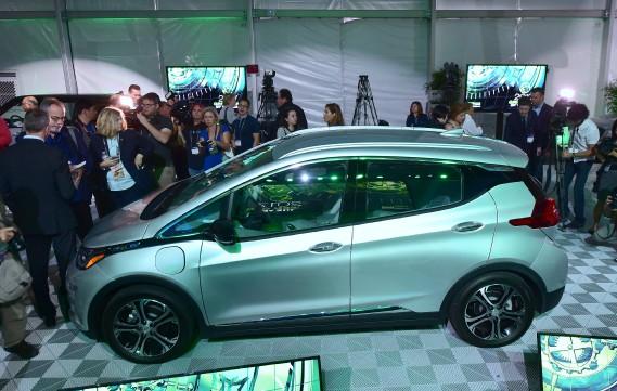 La Chevrolet Bolt tout électrique a été encerclée par les journalistes lors de l'avant-première des médias au Salon de l'auto de Los Angeles. (AFP)