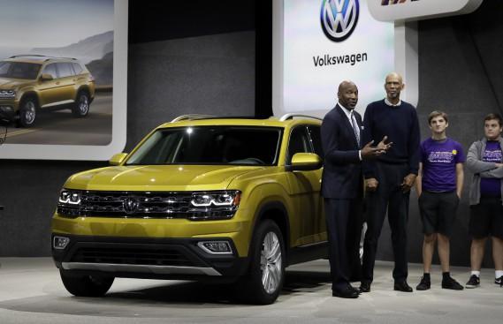 Les joueurs de basketball à la retraite James Worthy (à g.) et Kareem Abdul-Jabbar (au centre), posent devant le Volkswagen Atlas au Salon de l'auto de Los Angeles. (AP)