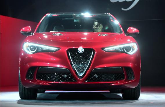 Le VUS Alfa Roméo Stelvio en montre au Salon de l'auto de Los Angeles. Ce VUS italien est nommé en honneur d'une route sinueuse qui court sur le col de Stelvio. ()