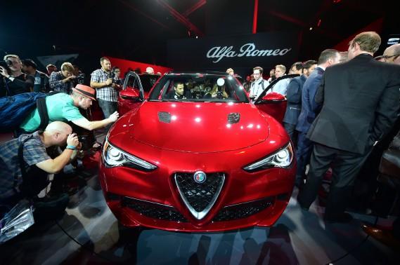 Le VUS Alfa Roméo Stelvio en montre au Salon de l'auto de Los Angeles. Ce VUS italien est nommé en honneur d'une route sinueuse qui court sur le col de Stelvio. (AFP)