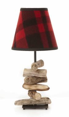 Lampe conçue par l'artiste Paule Dionne, bois flotté et abat-jour 100 % laine rouge et noir, 275 $ en exclusivité chez Lambert and Co. (Fournie par Lambert & Co.)
