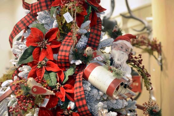 La boutique éphémère de Paradis jardins et accessoires, installée à Laurier Québec jusqu'au 31 décembre, a toute une section consacrée au tartan rouge et noir. (Le Soleil, Jean-Marie Villeneuve)