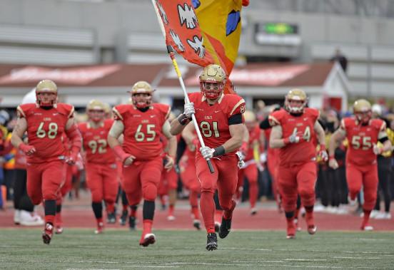 Les joueurs du Rouge et Or à leur entrée sur le terrain du stade Telus de l'Université Laval (Le Soleil, Pascal Ratthé)