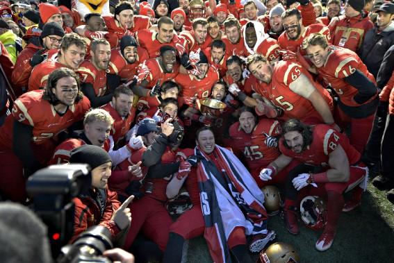 L'équipe était tout sourire après la victoire qui les mènera à la Coupe Vanier la fin de semaine prochaine. (Le Soleil, Pascal Ratthé)