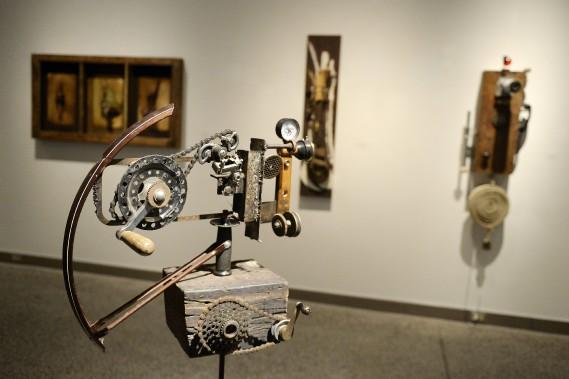 Le mélange de toiles et de sculptures permet d'occuper l'espace de la Salle principale du CNE de belle façon. (Photo Le Progrès-Dimanche, Jeannot Lévesque)