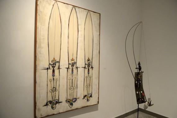 <em>Lancer, ferrer, mouliner</em>, créée 2009, est une huile sur toile représentant la sculpture composée d'un assemblage de métal et de fil à pêche créée par Pierre Dumont. (Photo Le Progrès-Dimanche, Jeannot Lévesque)