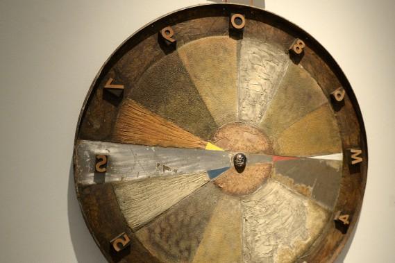 Avec son allure de boussole, <em>Calcul de trajectoire</em> est une oeuvre qui porte à s'arrêter. Elle a été créée en 2004, à partir d'huile, de métal, d'objets et de bois. (Photo Le Progrès-Dimanche, Jeannot Lévesque)