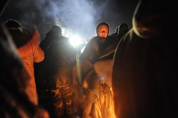 Selon ce que Dallas Goldtooth, l'un des organisateurs des manifestations, a confié au <em>Bismarck</em>, des feux ont été allumés par les activistes dans l'unique but d'aider les manifestants à se réchauffer. (photo Stephanie Keith, REUTERS)