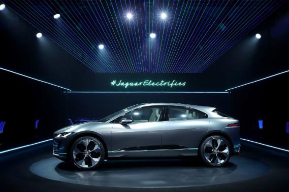 <strong>Concept Jaguar i-Pace.</strong>Jaguar parle du concept i-Pace comme d'un aperçu du modèle qui sera lancé en 2018. IL'i-Pace sera le premier Jaguar 100% électrique. Avec deux moteurs reliés aux trains avant et arrière, la mécanique produit 395 ch et 516 lb-pi de couple; 0 à 100km/h en 4 secondes. La recharge prend 2 h à une borne de 50 kW. L'autonomie de l'i-Pace devrait ressembler à celle de la Tesla... (AP Images)
