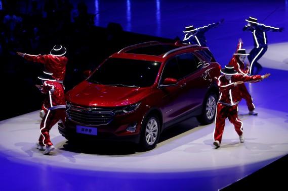 <strong>Chevrolet Equinox 2018.</strong>L'Équinox fait peau neuve. Peu après le nouvel an, le VUS sera offert avec un choix de moteurs 4-cyl. turbo de 1,5 et 2 litres, et un turbodiesel de 1,6 L brulant 5,9 L/100km (c'est peu, pour un VUS). Le nouvel Équinox est 10% plus léger que son prédécesseur. À l'intérieur, la nouvelle configuration des sièges arrière permet l'aménagement d'un long plancher droit et un imposant volume de... (REUTERS)