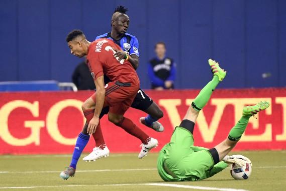 Dominic Oduro est surveillé de près par JustinMorrowdevant le filet du Toronto FC. (BERNARD BRAULT, LA PRESSE)