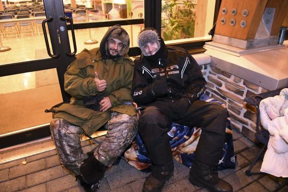 Frédéric Miousse et Maxym Tremblay sont arrivés les premiers sur les lieux, question de pouvoir réserver leur emplacement. (Photo Le Quotidien, Rocket Lavoie)