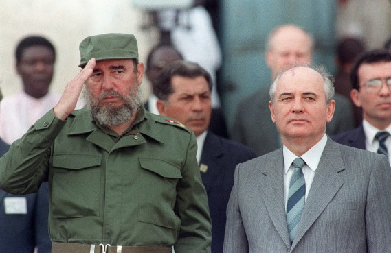 Fidel Castro reçoit Mikhail Gorbachev en 1989. (Photo archives AFP)