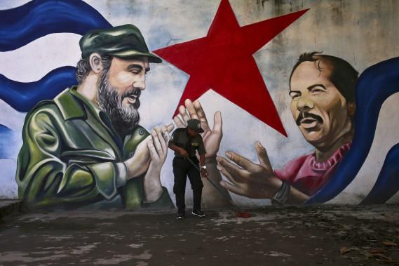 Une murale montre Fidel Castro et le président du Nicaragua Daniel Ortega, à Managua. (Photo archives AP)